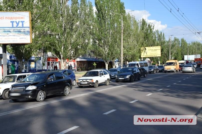 Возле «Колоса» столкнулись Chevrolet и Hyundai— на проспекту Мира пробка