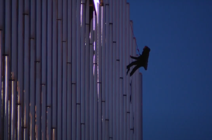 В США парень 13 часов провисел привязанным к балкону высотки, требуя разговора с Трампом
