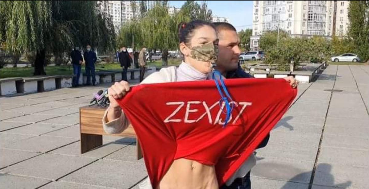 Активистка Femen без нижнего белья встретила Зеленского на избирательном участке