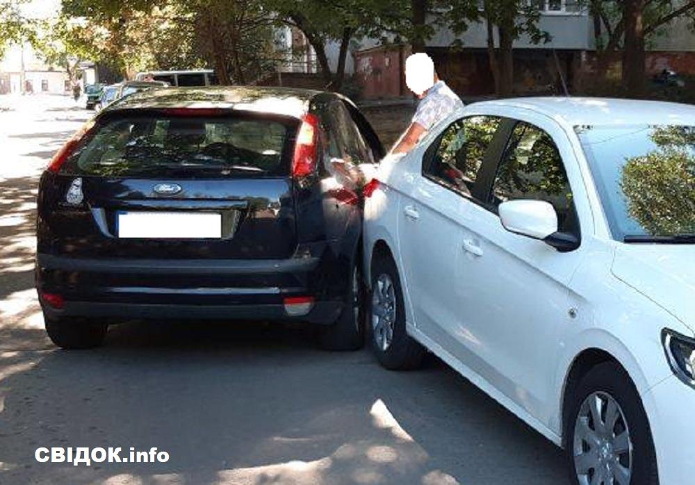 В Николаеве «Форд» врезался в припаркованный «Пежо»