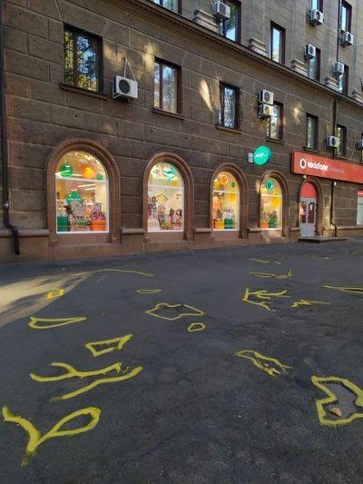 В Николаеве на главной улице активисты обозначили желтой линией все выбоины на тротуаре