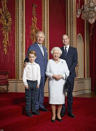 """Принц Джордж впервые позировал во """"взрослой"""" одежде для портрета с Елизаветой II"""
