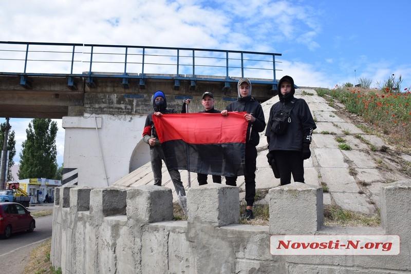 В Николаеве «Правый сектор» вывесил красно-черный флаг на мосту — люди вызвали полицию