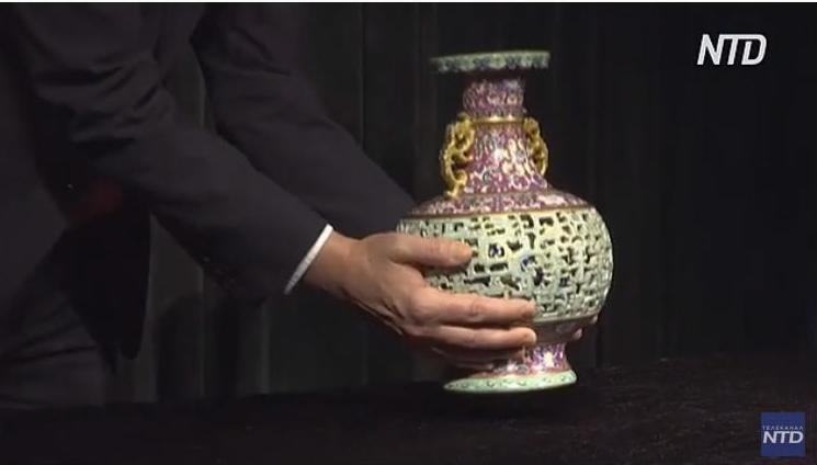 Уникальную вазу китайского императора продадут на аукционе Sotheby's