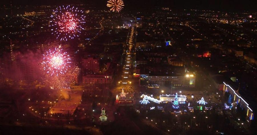Соборную площадь Николаева показали с высоты во время новогодних фейерверков