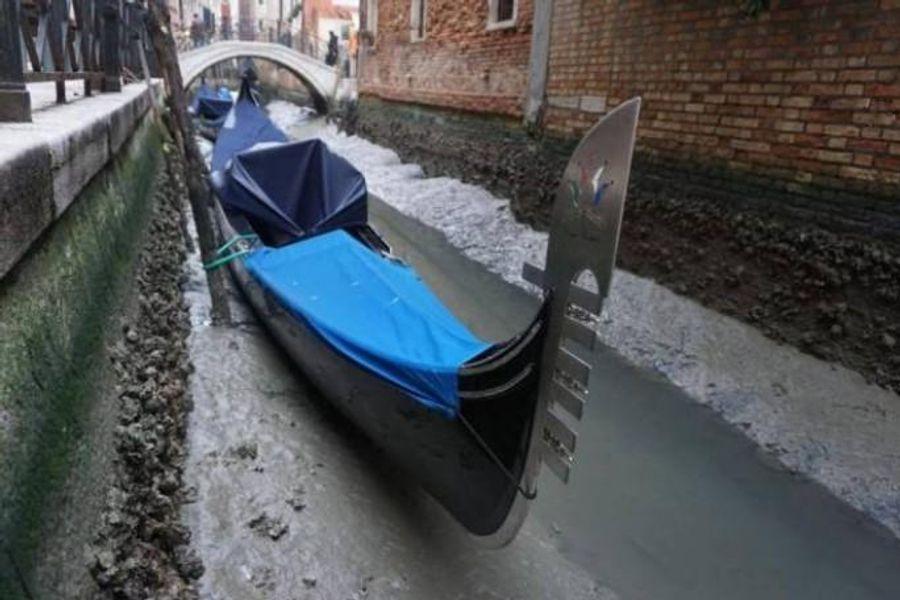 В Венеции пересохли легендарные каналы, гондолы застряли в лужах.