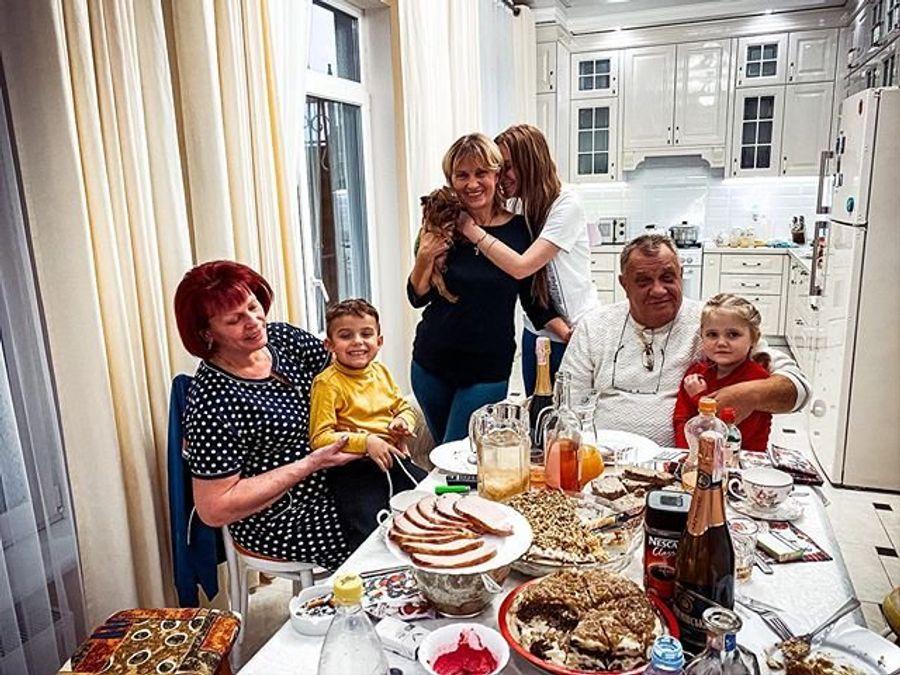 Слава из НеАнгелов собрала за новогодним столом своих родных людей.