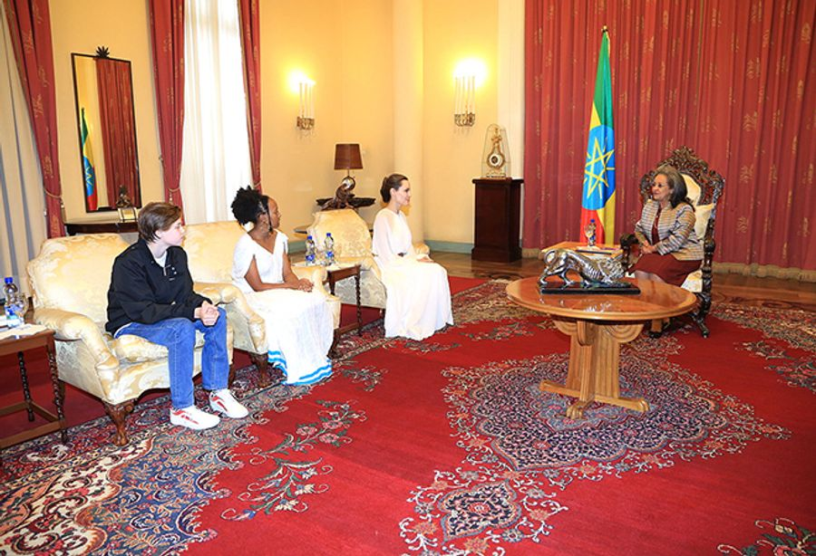 Однажды в Эфиопии: Анджелина Джоли с дочерьми Шайло и Захарой на встрече с президентом страны.
