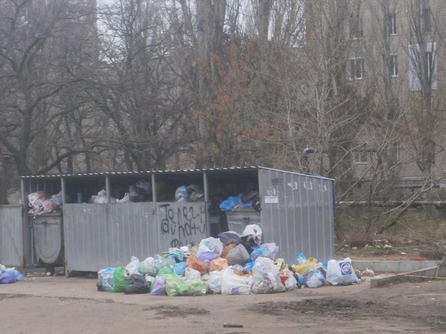 После бала: в Корабельном районе Николаева дворы завалены мусором