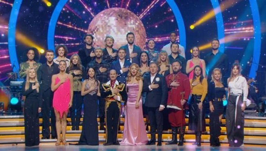 Украинские знаменитости поздравили зрителей с Новым годом трогательным исполнением гимна Украины.
