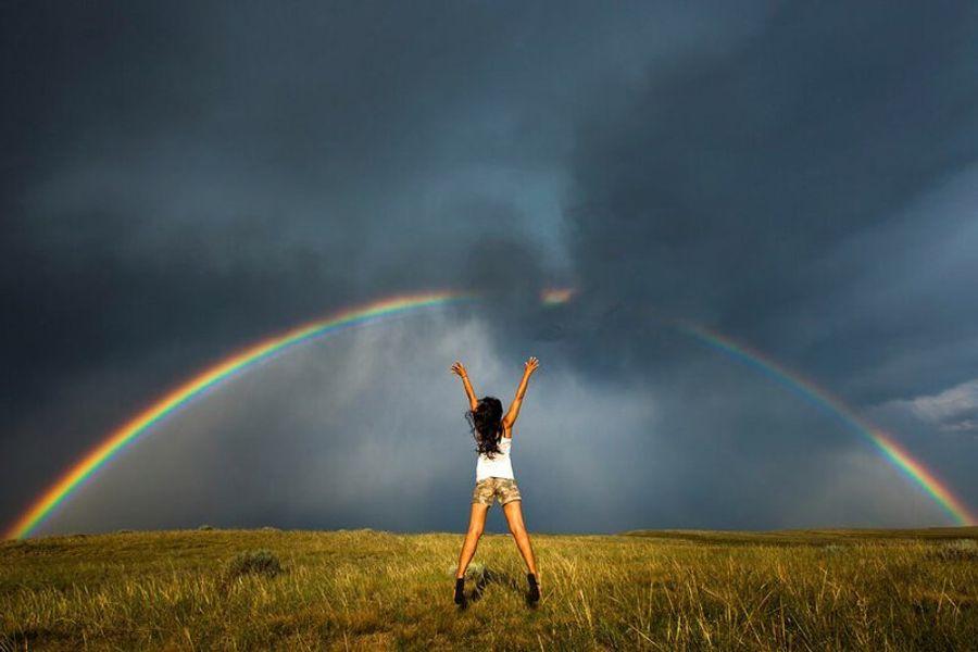 Женщина на фоне торнадо