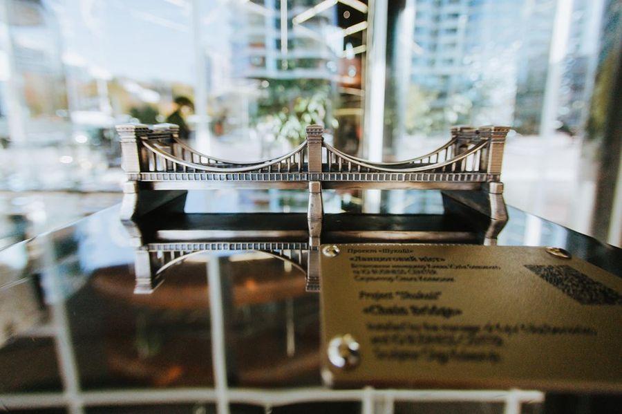 На сей раз ряды маленьких произведений искусства пополнило еще одно — бронзовый Николаевский цепной мост