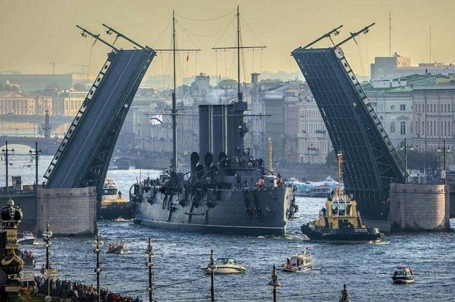 Эпичный выход легендарного крейсера «Аврора» на ремонт в Кронштадт.