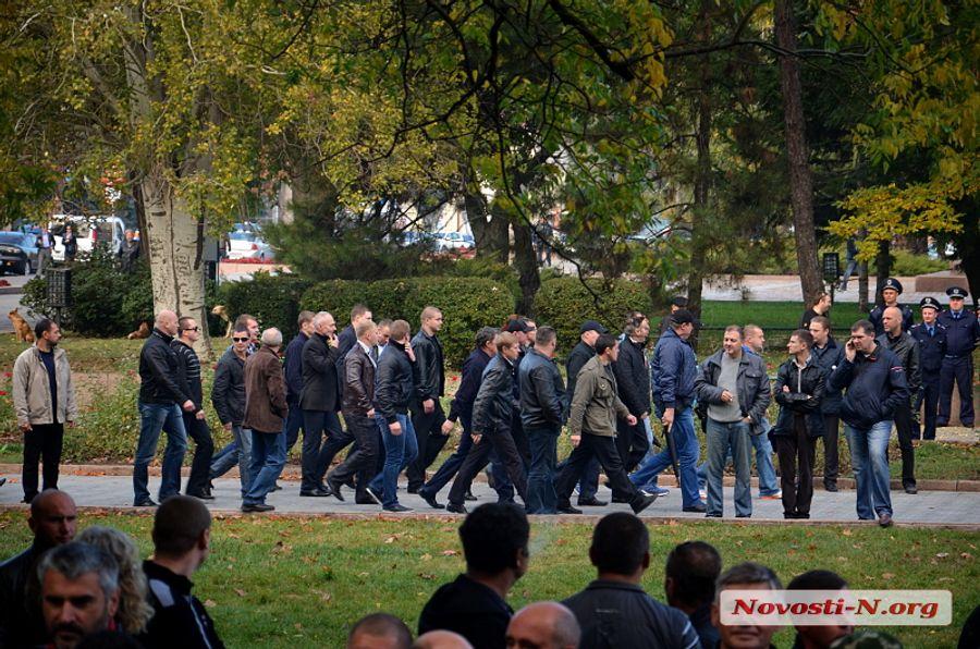 Шуфрич в Николаеве: милицейский кордон, «яичный обстрел» и сожженные флаги
