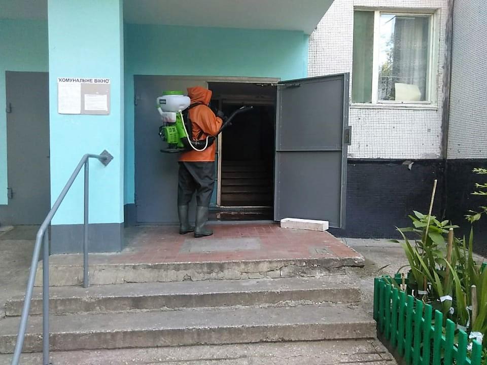 В Южноукраинске, где вспышка коронавруса, проводят дезинфекцию улиц и подъездов домов
