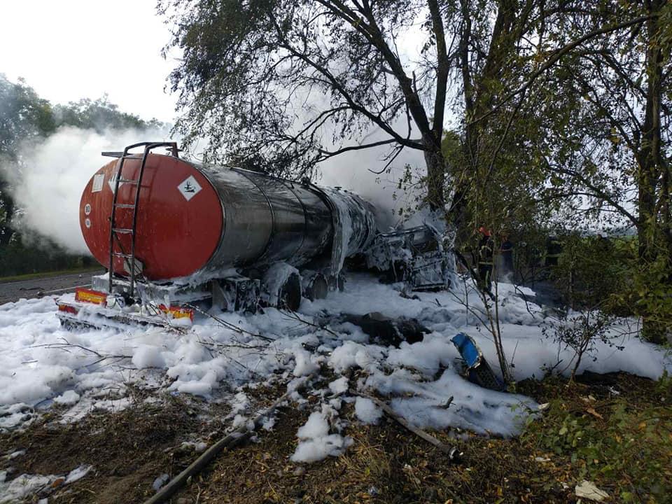 На трассе «Николаев-Одесса» цистерна врезалась в дерево и загорелась: погиб водитель