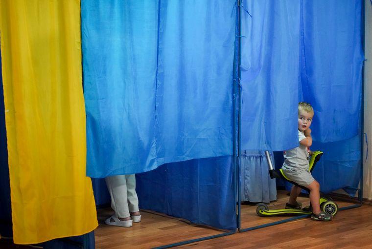 В Николаеве девушке с младенцем не разрешили проголосовать, ссылаясь на карантинные ограничения
