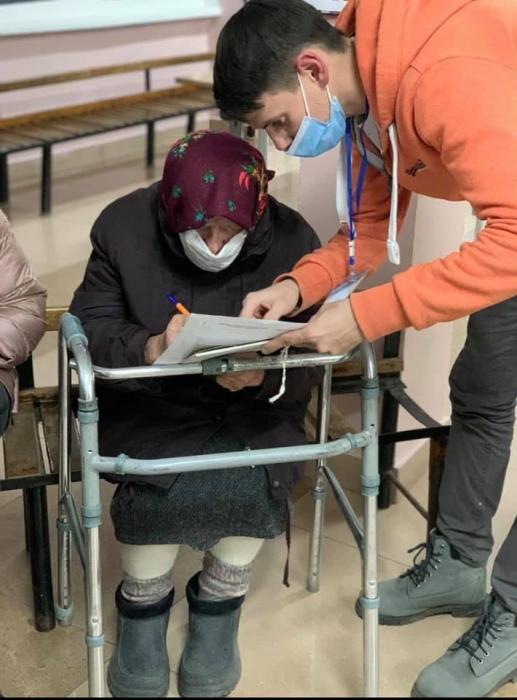 В Николаеве 91-летняя бабушка с ходунками пришла на участок, чтобы проголосовать